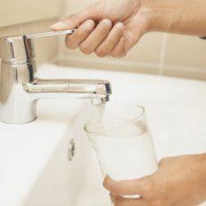 Jak zadbać o czystą wodę w domu- porady doświadczonego hydraulika